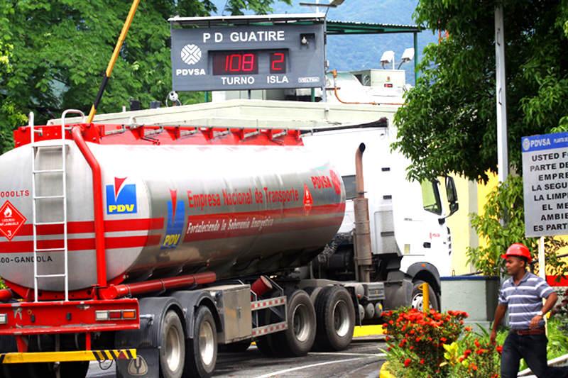 Gobierno venezolano estudia alza en precio de gasolina