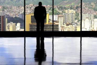 """¡HUYENDO DEL DESASTRE! Emigración masiva deja """"vecindarios fantasmas"""" en toda Venezuela"""
