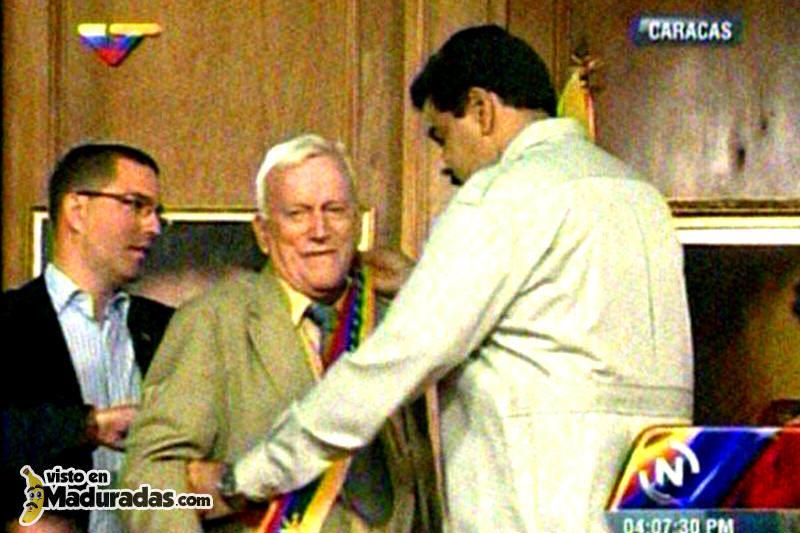 ¡IRRESPETO! Maduro otorga orden a Fruto Vivas y coloca la banda tricolor al revés