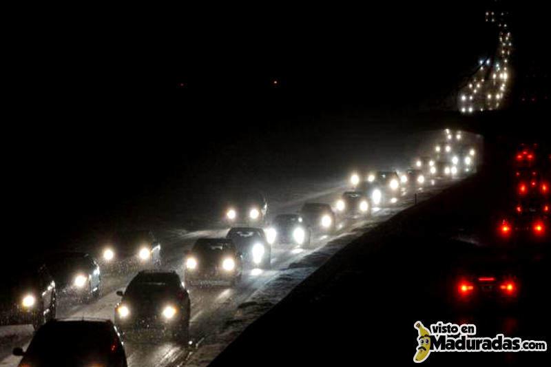 Autopistas-de-Caracas-Oscuras-Venezuela-800x533
