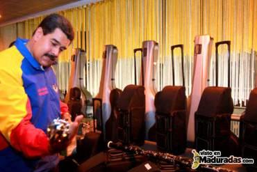 Venezuela enterraba a Spear, mientras Maduro se divertía con la guitarra + FOTOS