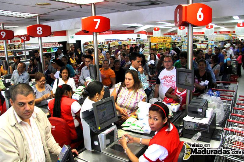 Consumidores-en-cola-en-auto-mercados-de-Venezuela-800x533