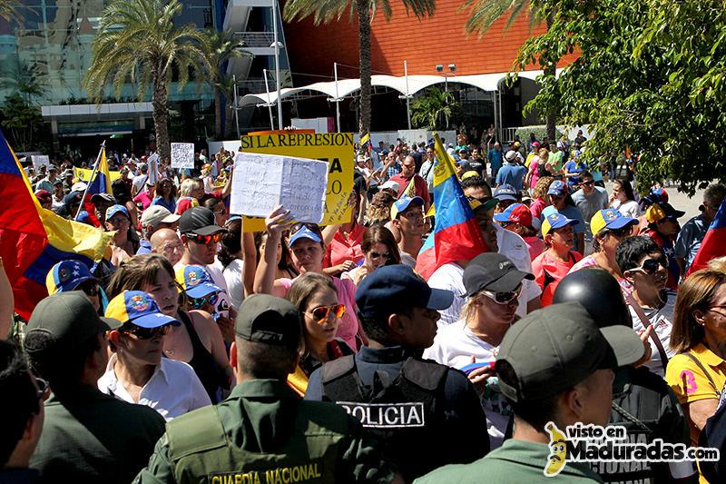 Manifestantes contra cubanos en margarita serie del caribe