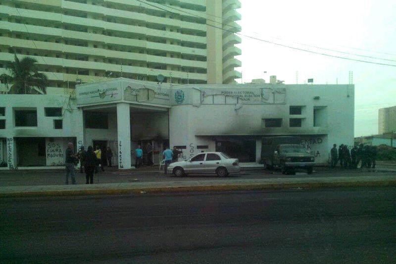 Incendiada la sede del CNE en maracaibo + FOTOS