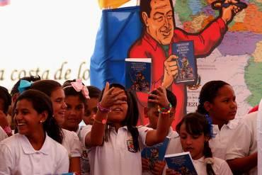 ¡A LA FUERZA! Obligan a alumnos de escuelas a pronunciar consignas políticas