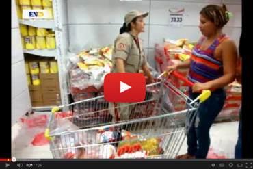 ¡COMO EN CUBA! Milicia inspecciona carrito de compras para ver que no lleve más de lo debido (Video)