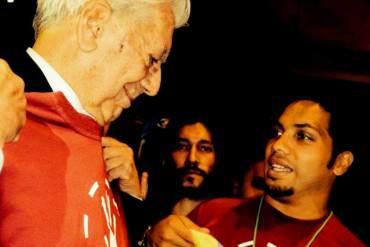 """Vargas Llosa al recibir bandera venezolana: """"Esto me emocionó más que el premio Nobel"""""""
