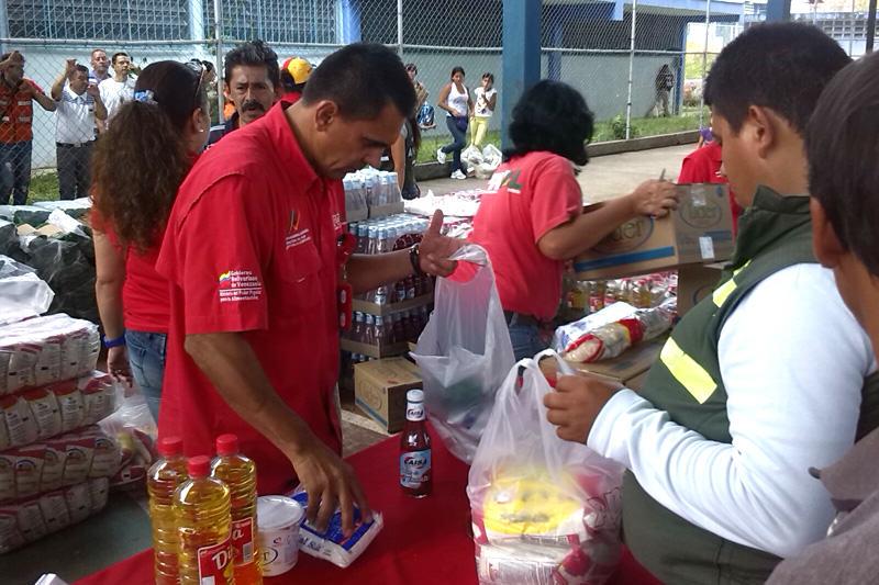 Colas-para-comprar-en-Venezuela-compras-supermercados-mercal-pdval-05032014-8-800x533