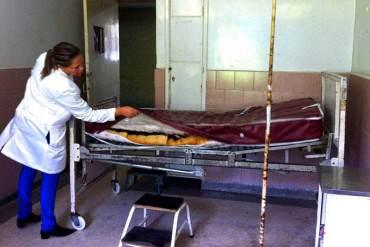 """¡DESASTRE! Paciente con Guillain Barré es hospitalizado en silla de rueda """"porque no hay camas"""""""