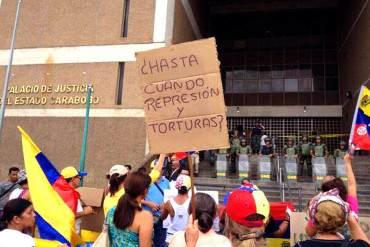 ¡PUEBLO MOLESTO! Estudiantes colocan una poceta con excremento frente a Palacio de Justicia en Carabobo (+ Fotos)