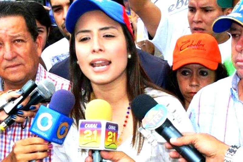 Obligan a bajarse los pantalones a alcaldesa Patricia para visitar a Ceballos