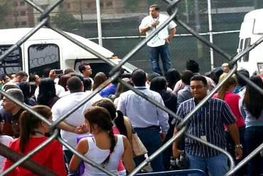 ¡CRISIS SOCIALISTA! Trabajadores de Cadivi pararon operaciones para exigir aumento salarial (+ Fotos)