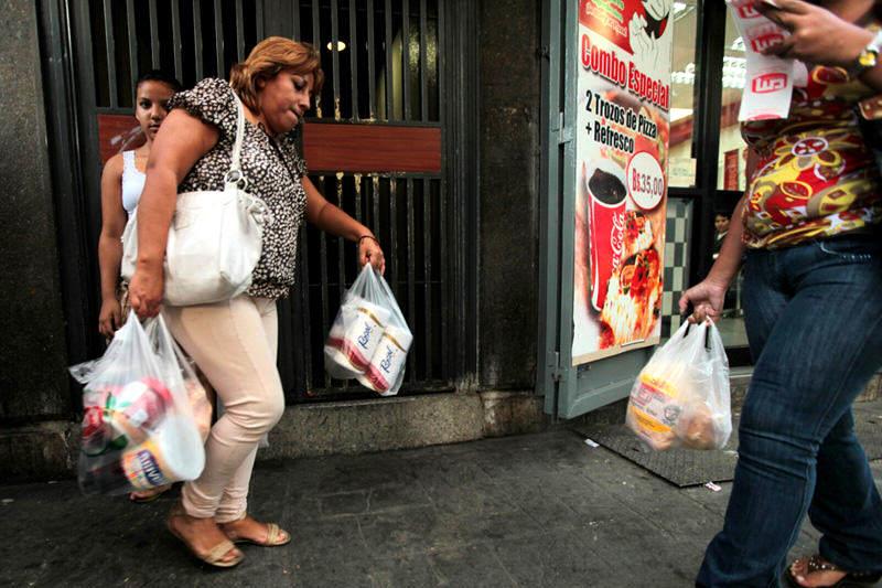 Colas-Compras-en-Venezuela-Inflacion-Escasez-Desabastecimiento-Alimentos-Supermercados-06162014-8-800x533