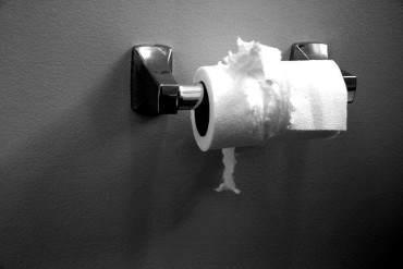¡A ESTO HEMOS LLEGADO! Colegios en Venezuela piden a alumnos que lleven su papel higiénico