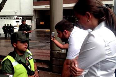 ¡RÉGIMEN ABUSADOR! Niegan la entrada al Palacio de Justicia a MCM y a Smolansky (+ Fotos)