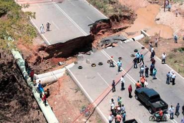 ¡HECHO EN REVOLUCIÓN! Carretera Lara-Zulia se le abrió un MEGA HUECO: no se puede transitar