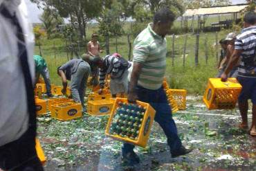 ¡SOLO EN VENEZUELA! Se vuelca gandola de cerveza y venezolanos «chéveres» LA SAQUEAN