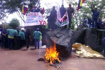 ¡SE DESPLOMA EL CHAVISMO! Clase obrera de Sidor anuncia retiro masivo del PSUV