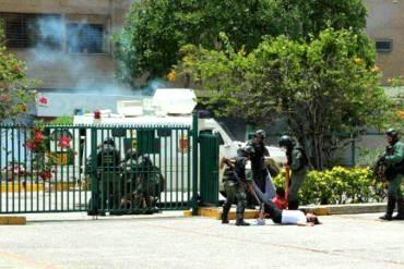 ¡BRUTAL ATAQUE! GNB arrastra por los pies a manifestantes indefensos en Barquisimeto (+Foto)