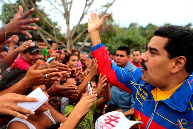 Nicolas-Maduro-y-chavistas