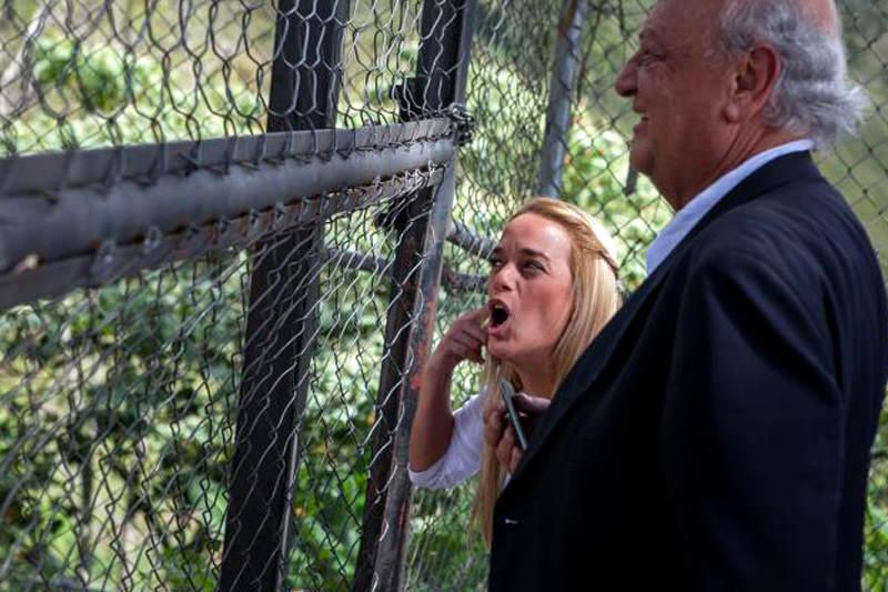 Lilian-Tintori-en-Carcel-de-Ramo-Verde-visitando-a-Leopoldo-Lopez-800x533
