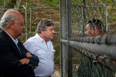 ¡SIGUE EL RÉGIMEN Y SUS ABUSOS! Expulsan a padre de Leopoldo López y periodistas de sala de juicio