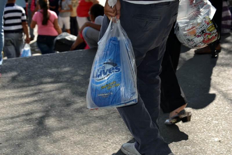 Colas para comprar comida  en Venezuela Anaqueles Vacios (17) jabon-DETERGENTE