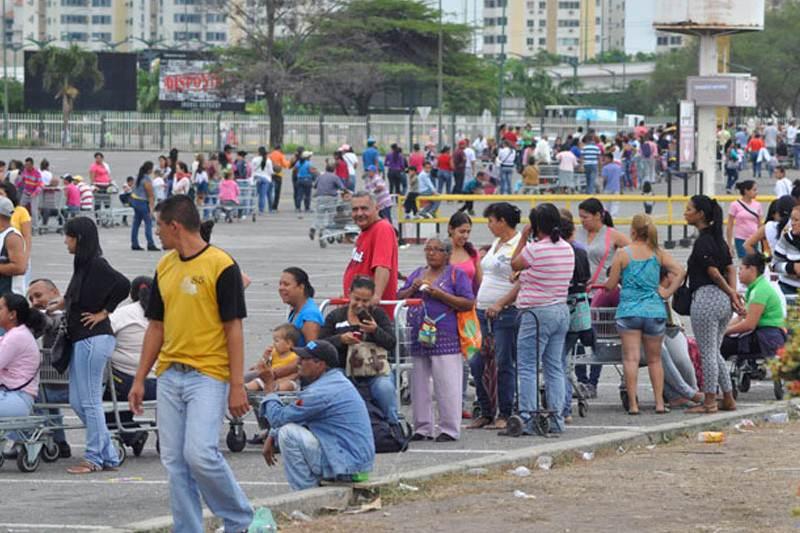 Colas-para-comprar-en-Makro-de-Barquisimeto-800x533