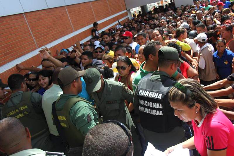 Colas para comprar en Venezuela Escasez Crisis