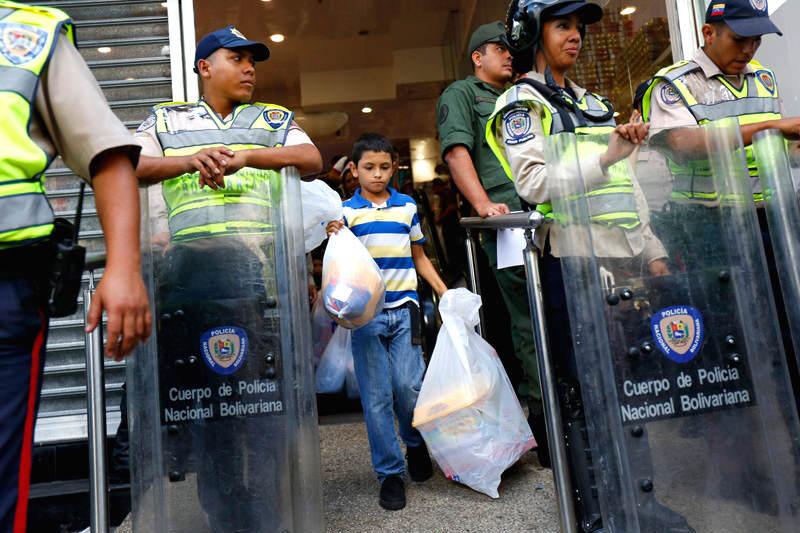 Escasez-en-Venezula-Colas-para-Comprar-Vigiladas-en-Venezuela-GNB-Policia-800x533