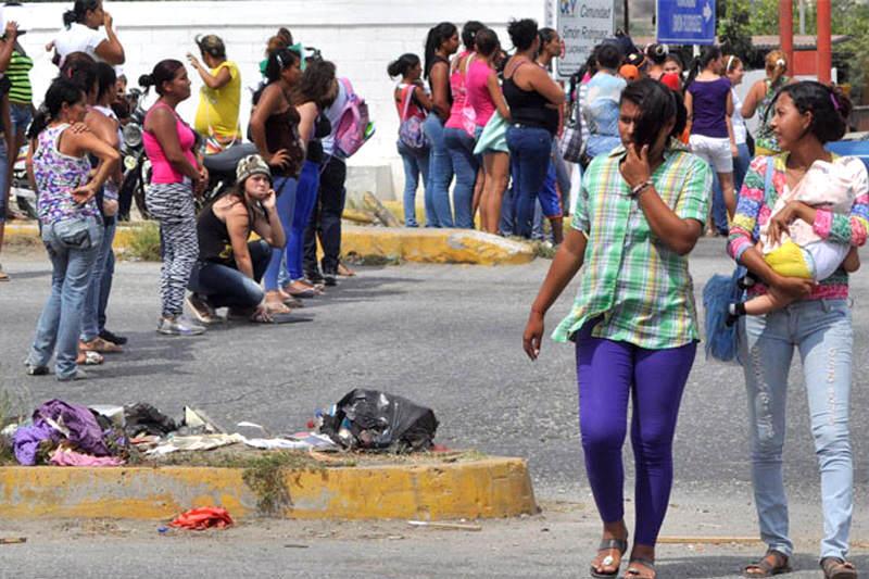 Madres-cerraron-avenida-porque-no-vendieron-pañales-Escasez-Colas-para-comprar-4-800x533