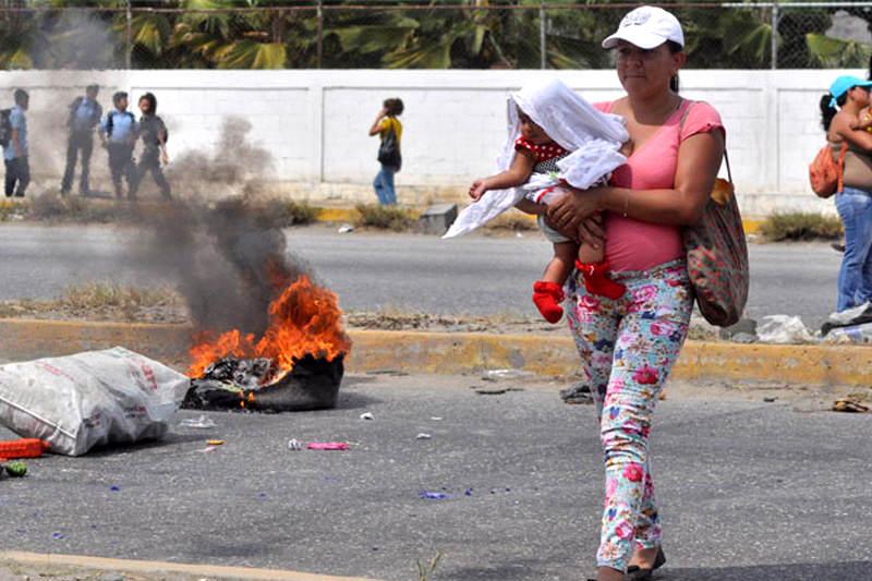 Madres-cerraron-avenida-porque-no-vendieron-pañales-Escasez-Colas-para-comprar-7-800x533