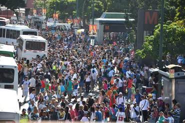 ¡A PUNTO DE LANZAR PAQUETAZO Y…! Venezolanos en mega colas para ir a la playa de paseo