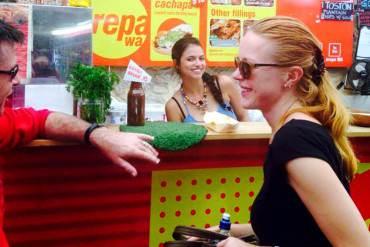 ¡ORGULLO NACIONAL! Nicole Kidman no pudo resistirse al sabor de una arepa venezolana (+Fotos)