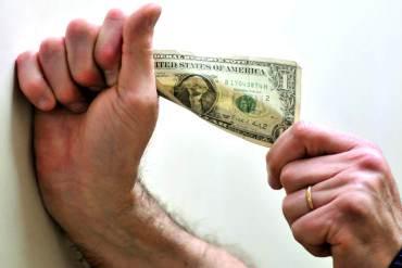 ¡EN MEDIO DEL DESASTRE! Economistas aseguran que Venezuela es el peor país para dolarizar