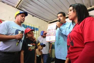 """¡EL COLMO! Realizan operativo intimidatorio """"casa por casa"""" para lograr firmas contra Obama"""