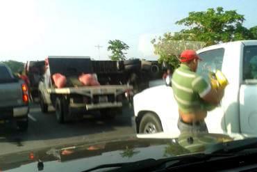 ¡LO QUE HAY ES HAMBRE! Saquean camión cargado de harina que se volcó en la Lara- Zulia