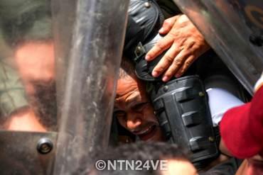 ¡ASÍ ACTÚAN! Funcionarios de la GNB agredieron a reportero gráfico de NTN24 frente al CNE