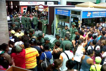 ¡EL CAOS DESATADO! GNB agredió a compradores en cola en Locatel de Naguanagua (+ Fotos)