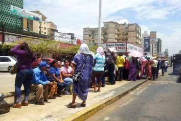 ¡DELITOS DE LA PATRIA! Detienen a un hombre por vender puestos en cola del supermercado