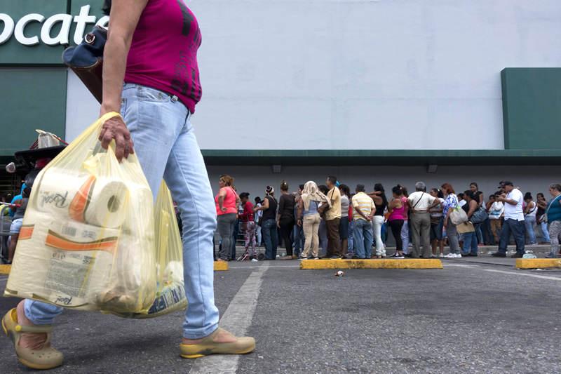 Colas-supermercados-comprar-comida-Venezuela-Inflacion-Escasez-de-Alimentos-Locatel-14