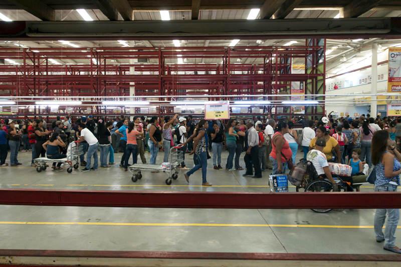 Colas-supermercados-comprar-comida-Venezuela-Inflacion-Escasez-de-Alimentos-Makro-12