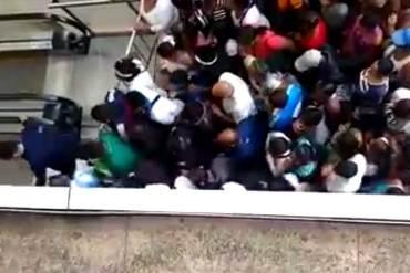 ¡INCREÍBLE! Compradores desesperados reventaron escalera mecánica para llegar a Farmatodo
