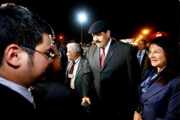 """¡LISTO PARA MENDIGAR! Maduro, Cilia, y una enorme comitiva llegan a Vietnam a pedir """"ayuda"""""""