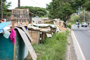 ¡A LA DERIVA! Al menos 100 niños duermen a un lado de la carretera en la Panamericana (+Video)