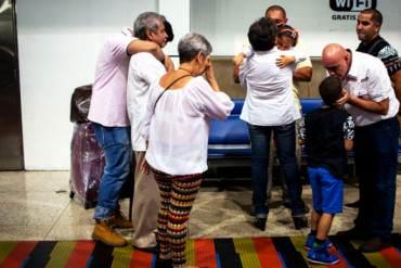 ¡LA TRISTE REALIDAD! Maiquetía, zona de nostalgia y despedidas de las familias venezolanas