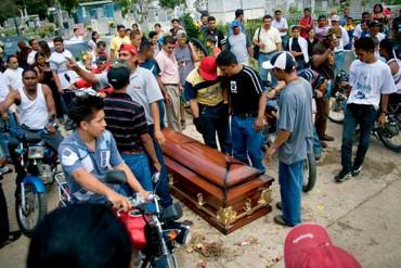 """¡AQUÍ GOBIERNA EL HAMPA! EFE: """"Velorios armados paralizan barrios enteros en Venezuela"""""""
