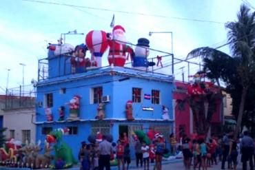 ¡INSÓLITO! Detienen a cubano por festejar Navidad con muñecos inflables de Santa y Mickey Mouse
