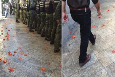 ¡VIOLENTOS DESATADOS! Grupos oficialistas atacan a opositores con tomates (con todo y escasez)