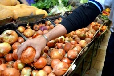 ¡ESTO SÍ PROVOCA LLORAR! Precio de la cebolla subió 179,5% y el del tomate 81,8% en un mes